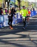 """Mannelijke en Vrouwelijke Agenten Blauw Ridge Marathon †""""Roanoke, Virginia, de V.S. Stock Foto's"""