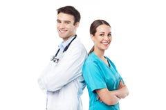 Mannelijke en vrouwelijke artsen royalty-vrije stock foto's