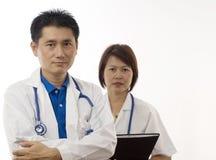 Mannelijke en vrouwelijke Artsen die op wit worden geïsoleerdr Stock Afbeelding