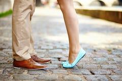 Mannelijke en vrouwelijke benen tijdens een datum Royalty-vrije Stock Foto's