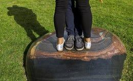 Mannelijke en vrouwelijke benen tijdens een datum stock foto's