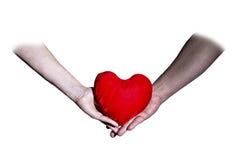 Mannelijke en vrouwelijke handen die de dag van hartvalentine ` s houden royalty-vrije stock afbeelding