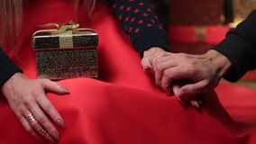 Mannelijke en vrouwelijke handen die met liefde strelen stock videobeelden