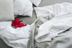 Mannelijke en vrouwelijke kleren op bed royalty-vrije stock foto's