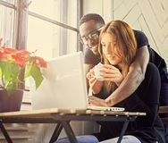 Mannelijke en vrouwelijke student die laptop met behulp van stock foto's
