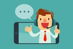 Mannelijke exploitant die met hoofdtelefoon van het scherm van een slimme phon spreken Stock Afbeelding