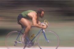 Mannelijke fietser die snel berijdt Stock Afbeeldingen