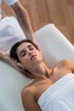 Mannelijke fysiotherapeut die hoofdmassage geven aan vrouwelijke patiënt Stock Fotografie