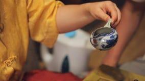 Mannelijke gast die de thee rituele gebeurtenis van kom deelnemende Japan, geestelijke inhoud nemen stock video