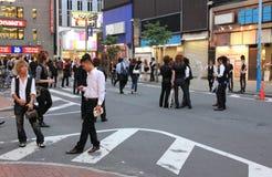 Mannelijke gastheren die cliënten in Kabukicho, Japan zoeken Stock Afbeelding