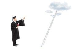 Mannelijke gediplomeerde student die naar de wolken richten royalty-vrije stock afbeeldingen