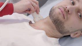 Mannelijke geduldige ondergaande ultrasone klankdiagnostische procedure voor hals stock footage