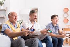 Mannelijke generaties die spel samen spelen Royalty-vrije Stock Afbeeldingen