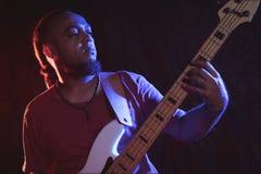 Mannelijke gitarist die bij muziekoverleg presteren royalty-vrije stock afbeeldingen