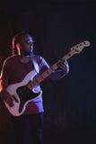 Mannelijke gitarist het spelen gitaar bij muziekoverleg stock foto's