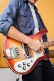 Mannelijke Gitarist Playing Electric Guitar binnen Stock Afbeelding