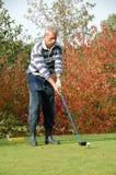 Mannelijke golfspeler die weg teeing Stock Foto