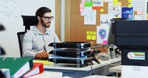 Mannelijke grafische ontwerper die aan grafische tablet bij bureau werken stock videobeelden