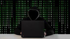 Mannelijke hakker die aan een computer versus Groene Matrijscode werken inzake achtergrond stock videobeelden