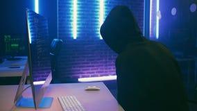 Mannelijke hakker die geld voor breuk van gegevensbestand ontvangen stock video