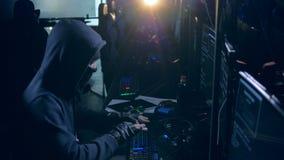 Mannelijke hakker die met computer werken Het concept van de Cyberaanval stock footage