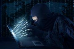 Mannelijke hakker met masker stealing informatie royalty-vrije stock foto