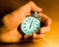 Mannelijke hand die de chronometer houdt Royalty-vrije Stock Fotografie