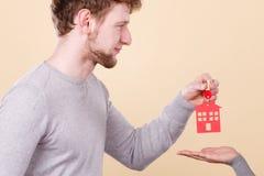 Mannelijke hand die de sleutel van het vrouwenhuis geven Stock Afbeelding