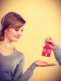 Mannelijke hand die de sleutel van het vrouwenhuis geven Royalty-vrije Stock Foto