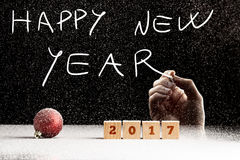 Mannelijke hand die een Gelukkige nieuwe jaartekst schrijven Stock Foto