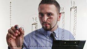 Mannelijke hand die een grafiek trekt stock video