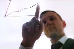 Mannelijke hand die een grafiek trekt Bedrijfsontwikkeling aan succes en groeiend de groeiconcept, Zakenman die collectieve pijlg royalty-vrije stock afbeelding