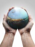 Mannelijke hand die een kristallen bol houdt Royalty-vrije Stock Foto's