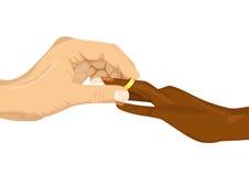 Mannelijke hand die een verlovingsring opnemen in vinger van Afrikaanse Amerikaanse vrouw Stock Foto's