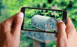 Mannelijke hand die foto van oude uitstekende manierpostbox nemen met cel, mobiele telefoon Stock Afbeeldingen