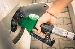 Mannelijke Hand die Gas opnieuw vullen bij Brandstofpost Stock Foto's