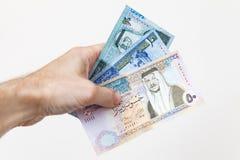 Mannelijke hand die Jordanian dinars houden royalty-vrije stock foto