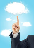 Mannelijke hand die kostuum dragen die aan witte wolk richten Royalty-vrije Stock Afbeelding