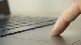 Mannelijke hand die laptop aanrakingsstootkussen gebruiken stock footage