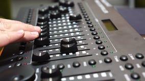 Mannelijke hand die mengt console, Geluidsopnamestudio die bureau mengen met ingenieur of muziekproducent gebruiken stock footage