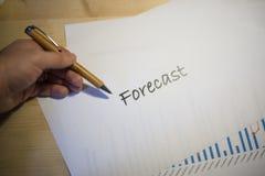 Mannelijke hand die op een voorspellingsdocument richten die op een wit blad van document tijdens een commerciële vergadering wor Royalty-vrije Stock Fotografie