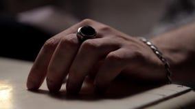 Mannelijke hand die op het lijstclose-up onttrekken stock footage