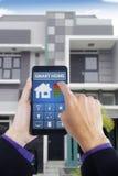 Mannelijke hand die slim huis app thuis gebruiken royalty-vrije stock foto
