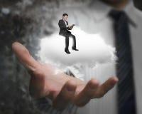 Mannelijke hand die zakenmanzitting op witte wolk tonen Royalty-vrije Stock Afbeelding