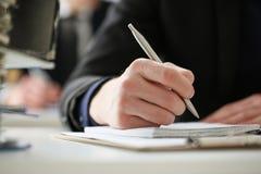 Mannelijke hand die zilveren pen houden Stock Fotografie
