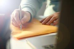 Mannelijke hand die zilveren pen houden royalty-vrije stock afbeelding