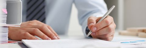 Mannelijke hand die zilveren pen klaar houden om nota te maken Royalty-vrije Stock Foto's