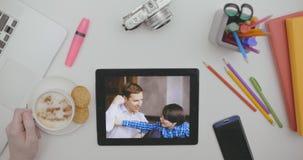 Mannelijke hand draaiende pagina's met foto's op digitaal fotokader stock video