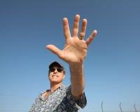 Mannelijke hand en blauwe hemel royalty-vrije stock afbeelding