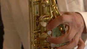 Mannelijke hand en saxofoon stock videobeelden